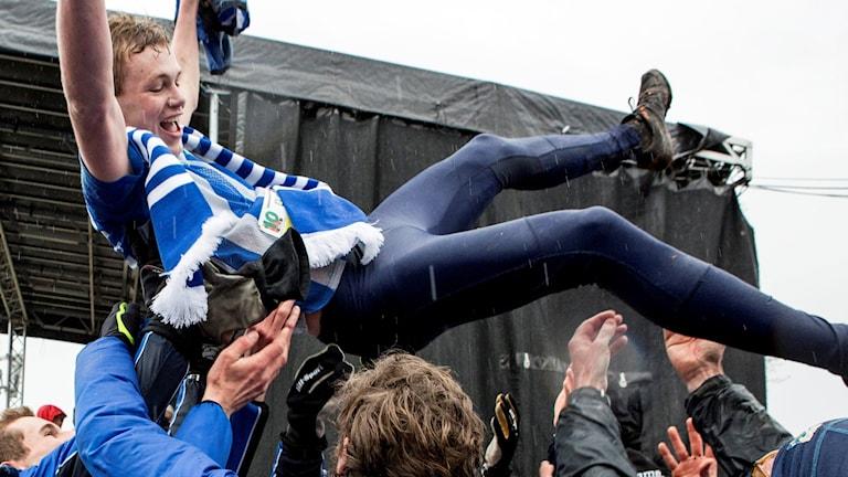 Orienteraren Eskil Kinneberg hissas efter målgång.