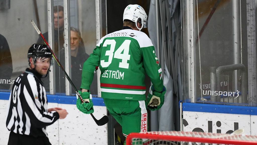 Rögles Adam Edström får matchstraff.