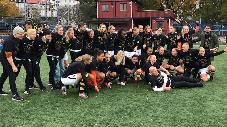 AIK firar avancemang till damallsvenskan.