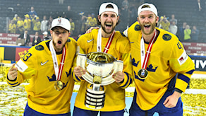 Sveriges Viktor Arvidsson, Filip Forsberg och Mattias Ekholm med sina guldmedaljer och segerpokalen.