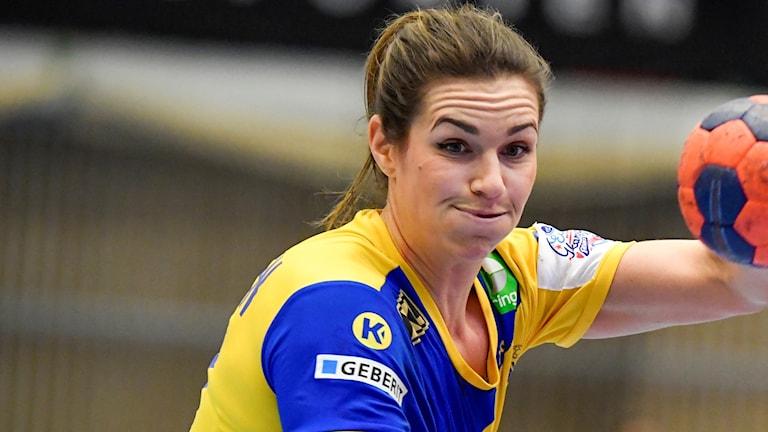 Sveriges Sabina Jacobsen med bollen under lördagens EM-kvalmatch i handboll (damer, grupp 3) mellan Sverige och Serbien i Arena Skövde 2018.