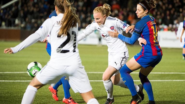 Rosengårds Ebba Wieder i en närkamp med Barcelonas Victoria Losada.