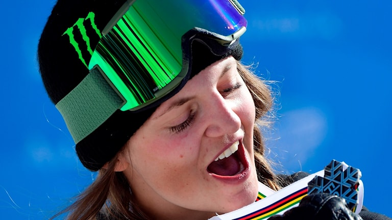 Emma Dahlström med sin silvermedalj i slopestyle på freestyle-VM.