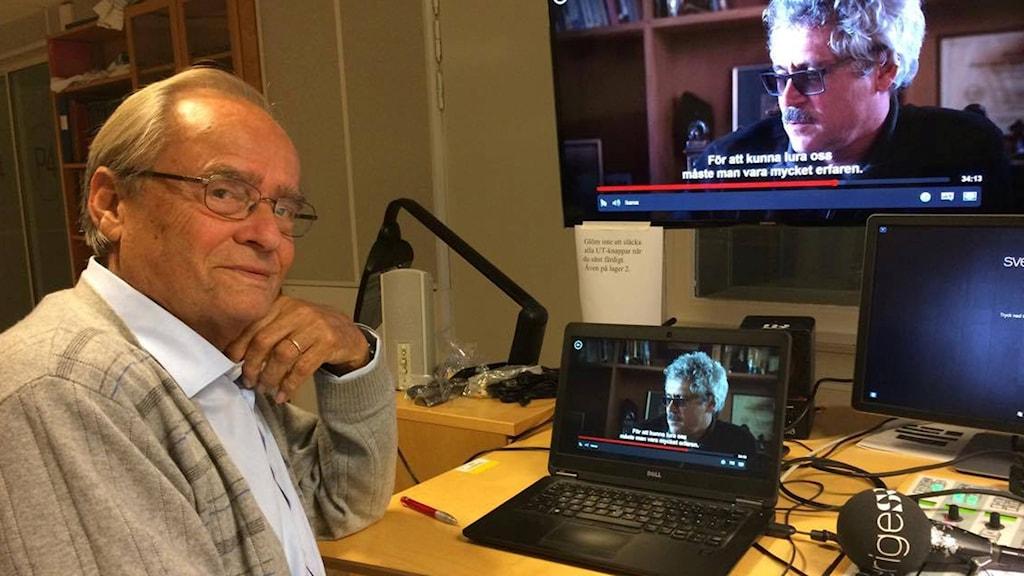 Arne Ljungqvist ser dokumentären på Radiosportens redaktion.