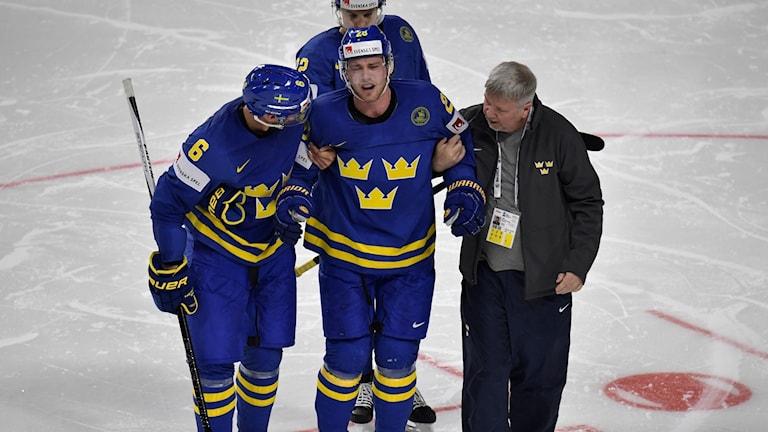 KÖLN 20170506 Elias Lindholm skadad efter en slashing mot benet under lördagens VM-match i ishockey mellan Tyskland och Sverige i Lanxess Arena. Foto: Janerik Henriksson / TT