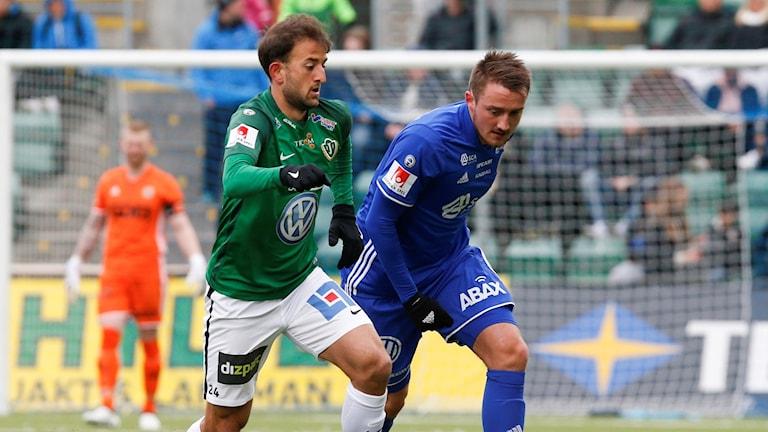 Jönköpings Robert Gojani (V) uppvaktas av Smajl Suljevic under matchen i allsvenskan mellan GIF Sundsvall och Jönköping Södra IF