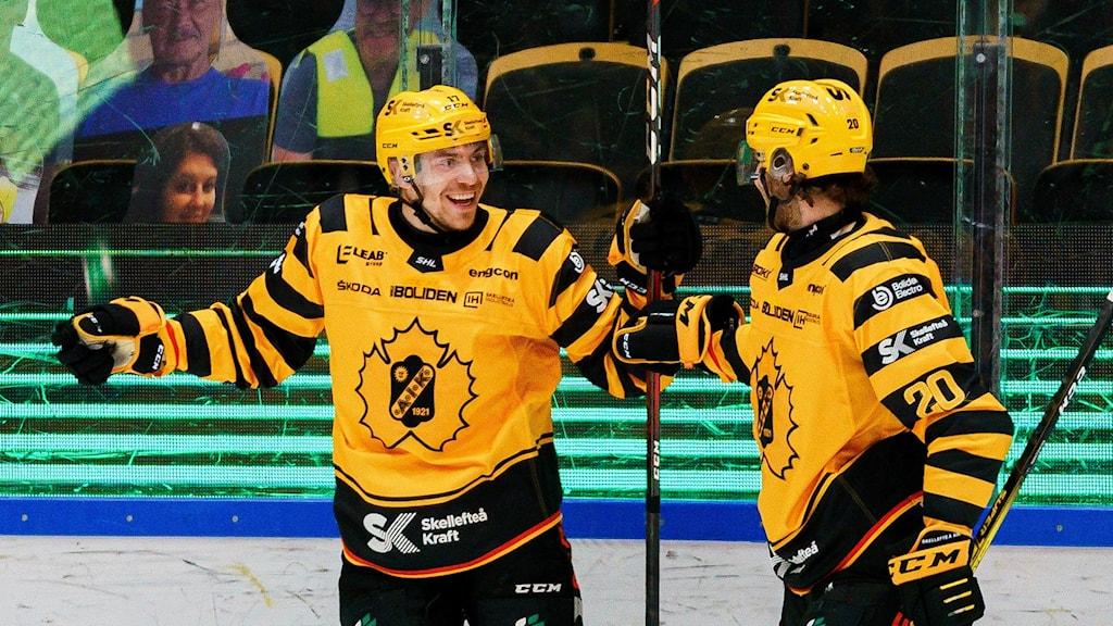 210420 Skellefteås Pär Lindholm och Roland McKeown  jublar efter 3-0 under kvartsfinal sju i SHL mellan Skellefteå och Luleå den 20 april 2021 i Skellefteå.  Foto: Ola Westerberg / BILDBYRÅN