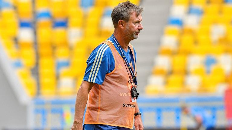 Förbundskaptenen Peter Gerhardsson när det Svenska damlandslaget tränade på Lviv arena i Ukraina på måndagskvällen inför tisdagens VM-kvalmatch mot Ukraina