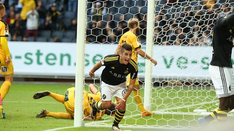 STOCKHOLM 2017-09-17 AIK:s Nicolás Marcelo Stefanelli jublar efter sitt 3-0 mål under söndagens allsvenska fotbollsmatch mellan AIK och Halmstads BK på Friends Arena. Foto: Sören Andersson / TT