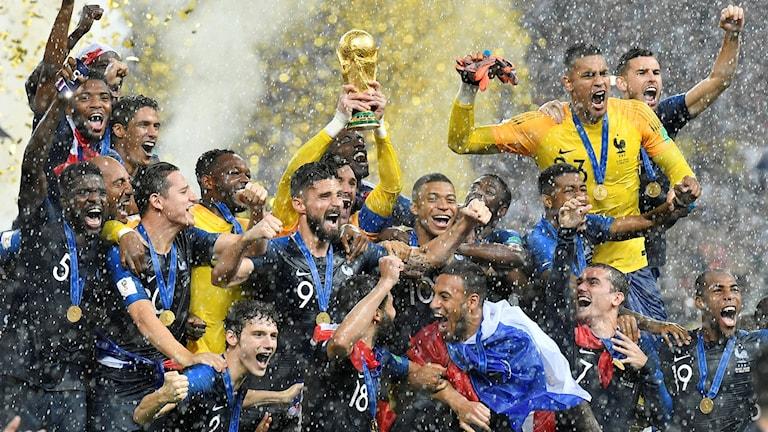 Frankrike firar med VM-pokalen.