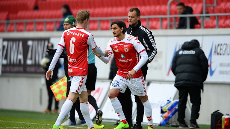 Rasmus Elm lämnar planen.