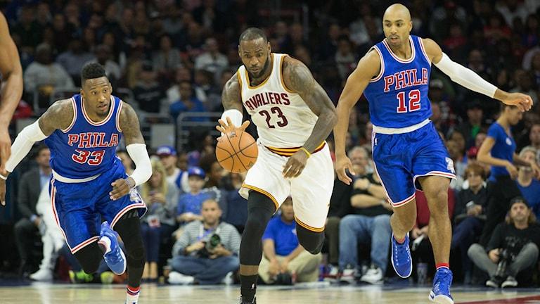LeBron James dribblar i mitten i matchen mot Philadelphia.
