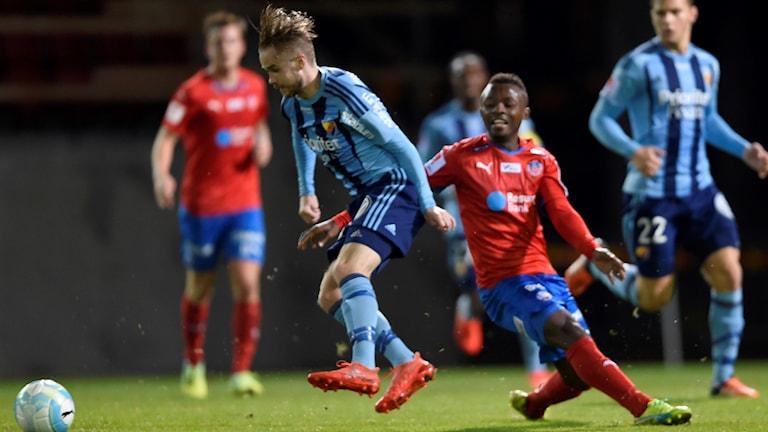 Djurgårdens Daniel Berntsen tar bollen från Helsingborgs Monday Samuel.