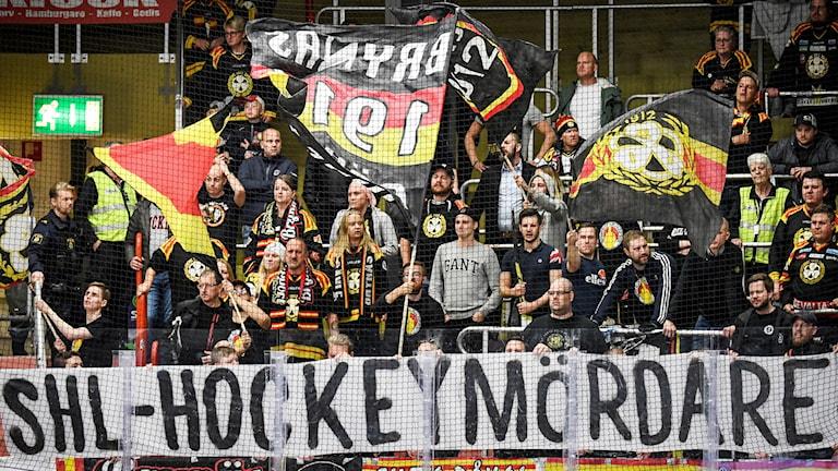 """Brynäsklacken med banderoll, tifo, med texten """"SHL - HOCKEYMÖRDARE"""" under lördagens ishockeymatchen i SHL mellan Mora IK och Brynäs IF i Jalas Arena i Falun."""