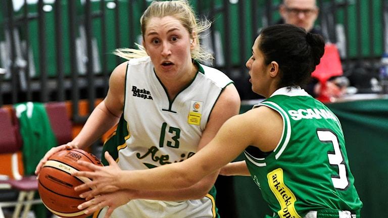 Alviks Erica Iderstål, i vitt, mot Telge tidigare under säsongen.