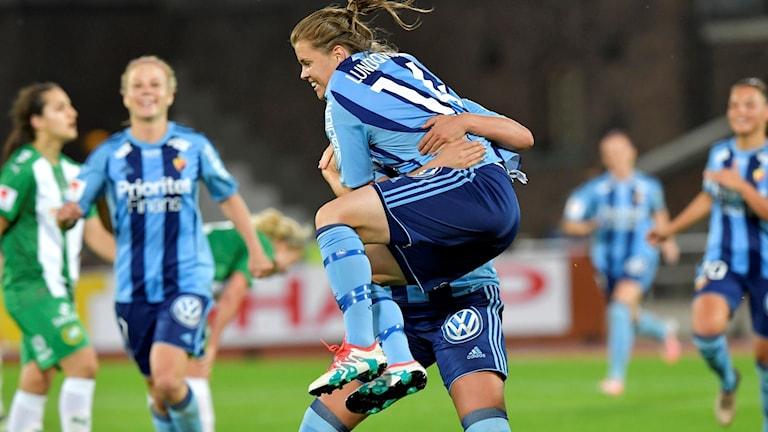 Lundqvist med ett glädjehopp efter sitt avgörande mål