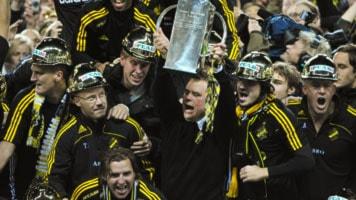 AIK:s Mikael Stahre höjer bucklan efter finalvinsten med 1-2 i allsvenskan mellan IFK Göteborg och AIK på söndagen på Gamla Ullevi i Göteborg. Foto Adam Ihse / SCANPIX