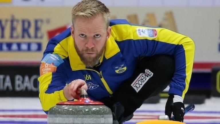 Niklas Edin har känningar i ett knä.