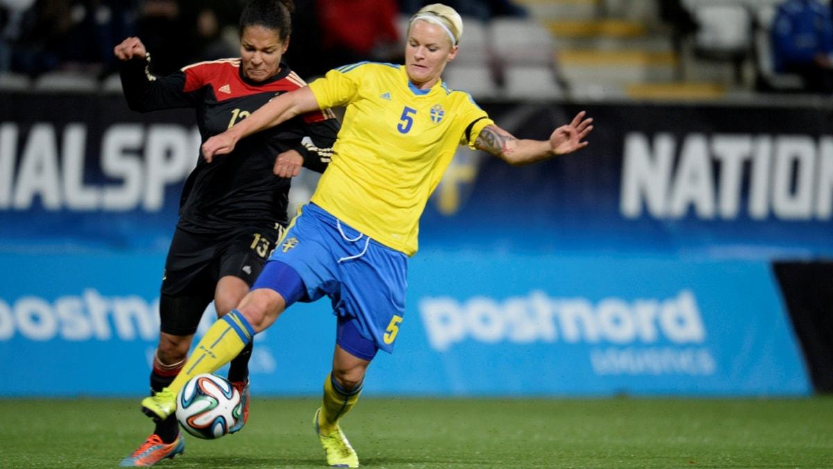 ÖREBRO 20141029 Tysklands Celia Sasic mot Sveriges Nilla Fischer i onsdagens landskamp i damfotboll mellan Sverige och Tyskland på Behrn arena