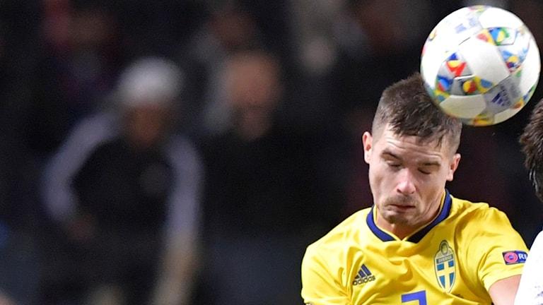 Sveriges Mikael Lustig i nickduell under Nations league-landskampen i division B, grupp 2, mellan Sverige och Ryssland på Friends Arena.