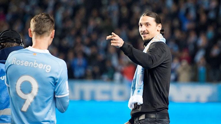 Zlatan delade ut pokalen till Malmös Markus Rosenberg.