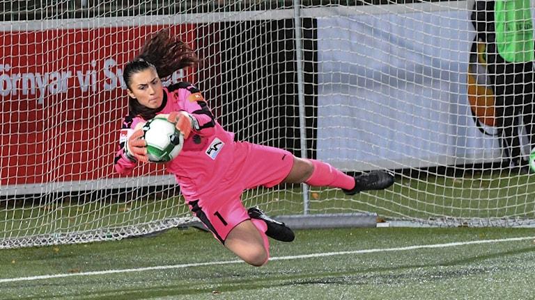 Zecira Musovic gör en räddning för sitt klubblag FC Rosengård