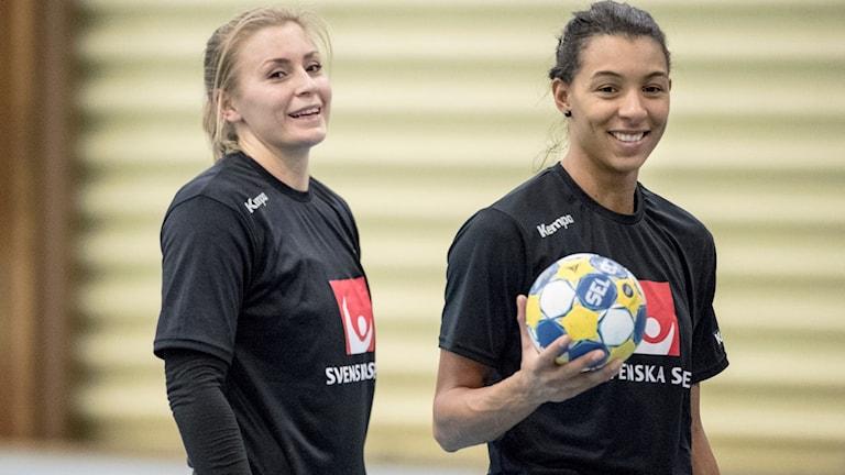 Isabelle Gulldén och Jamina Roberts under svenska damlandslagets träning inför handbolls-EM i Göteborg.