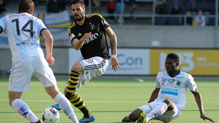 AIK:s Denni Avdic tar sig förbi Gefles Kwame Bonsu (sitter ned).