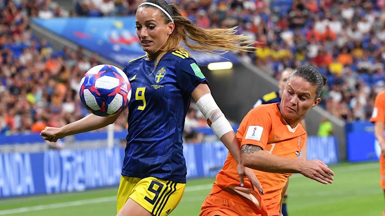 LYON 20190703 Sveriges Kosovare Asllani och Nederländernas Sherida Spitse i kamp om bollen under semifinalen mellan Nederländerna och Sverige på Stade de Lyon vid fotbolls-VM i Frankrike. Foto: Jonas Ekströmer / TT