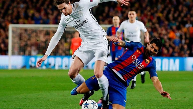 Luis Suarez föll lätt mot PSG i Champions League.