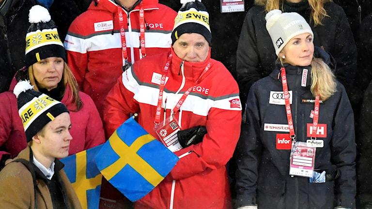 Statsminister Stefan Löfven (S) och Svenska Skidförbundets ordförande Karin Mattsson i publiken under tisdagens lagtävling under alpina VM i Åre 2019.