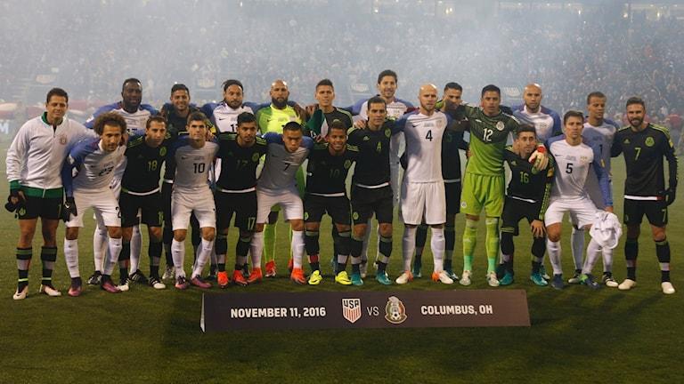 Gemensamt lagfoto med mexikanska och amerikanska spelare om vartannat inför matchen.