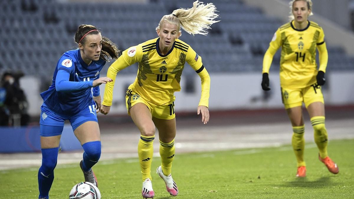 Hallbera Guðný Gísladóttir tar sig förbi Sofia Jakobsson