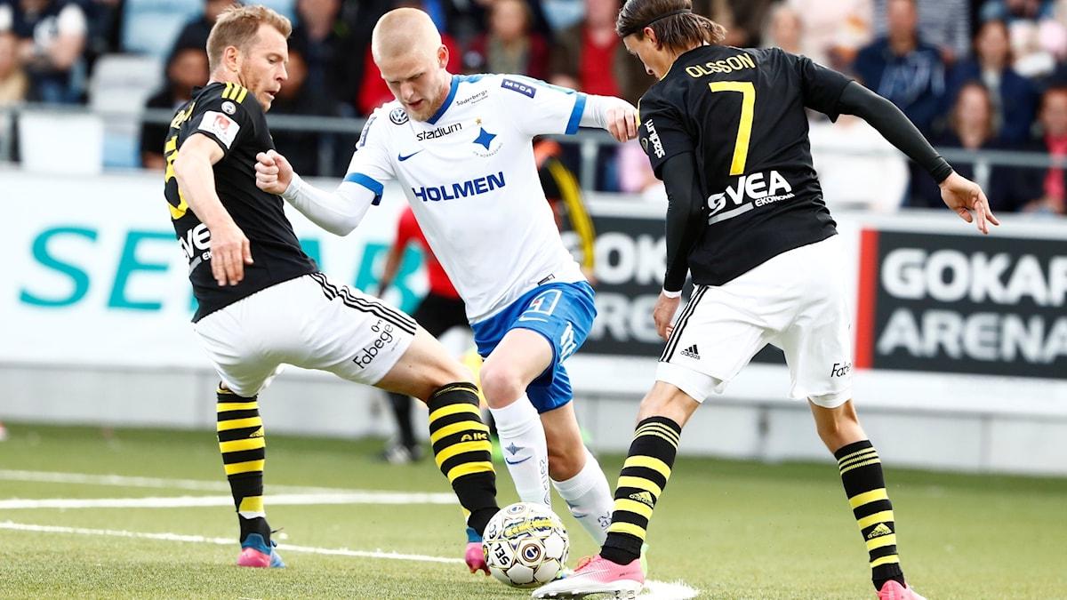 Norrköpings Kalle Holmberg tar sig förbi AIK:s Per Karlsson (t.v) och Kristoffer Olsson.
