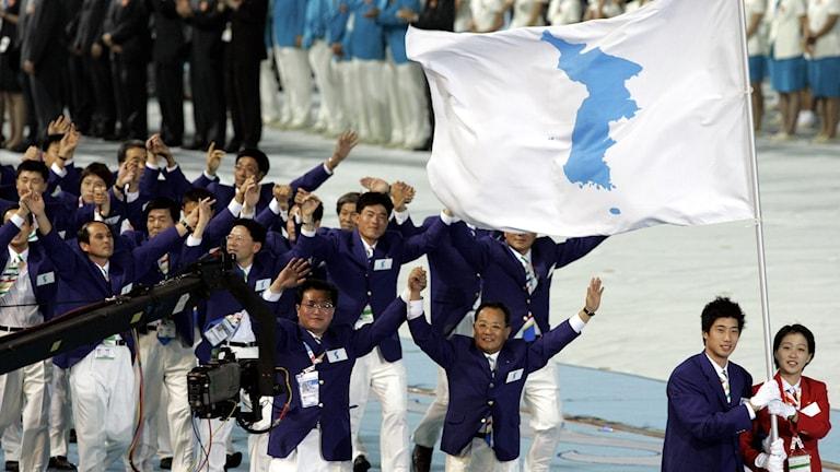 Nord- och sydkoreaner under gemensam flagg inför östasiatiska spelen, 2005
