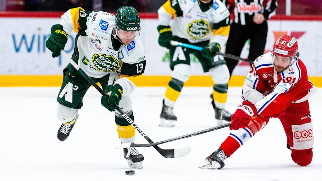 Björklövens Fredric Andersson och Timrås Viktor Lodin under match två av Hockeyallsvenska finalen mellan Timrå och Björklöven den 19 april 2021 i Timrå.