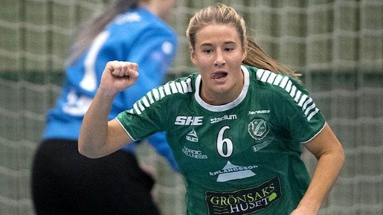 Önnereds Victoria Larsson har gjort mål under torsdagens handbollsmatch i SHE mellan Önnereds HK och Västeråsirsta HF i ÖHK-hallen.