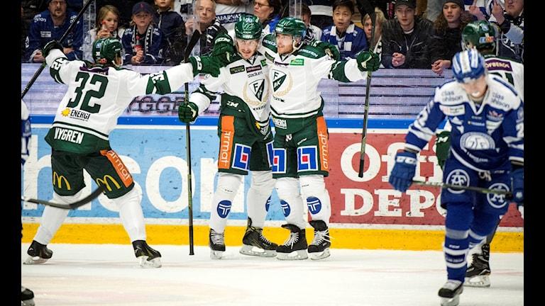 Jubel i Färjestad efter 2-1 , 1-2 (EQ) 27 John Persson Assist: 32 M Nygren, 91 under söndagens SHL-match mellan Leksand och Färjestad i Tegera Arena