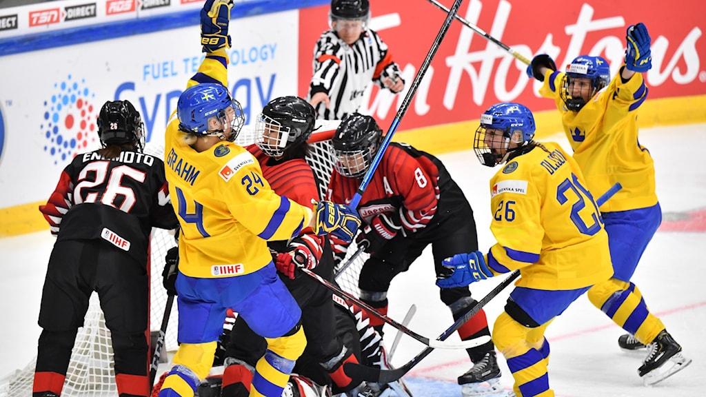 ESBO 20190409 Jubel efter att Sveriges  Sofia Engström gjort 2-1 under tisdagens match i ishockey-VM mellan Sverige och Japan i Metro Areena.  Foto Jonas Ekströmer / TT