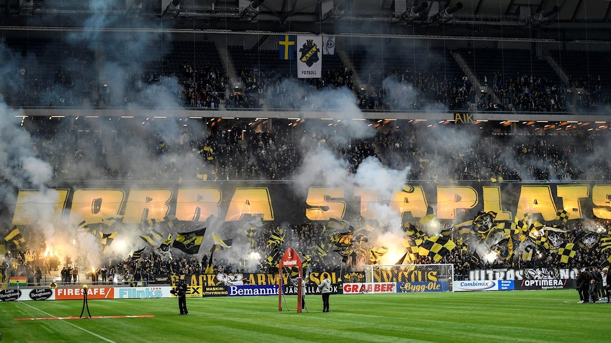 Rök och bengaler på AIK:s läktare (norra ståplats)