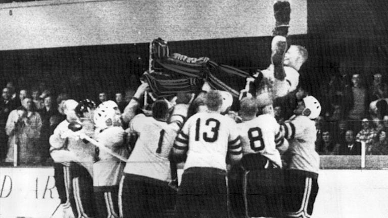 """Lennart """"Klimpen"""" Häggroth hissas efter Sveriges VM-guld 1962"""