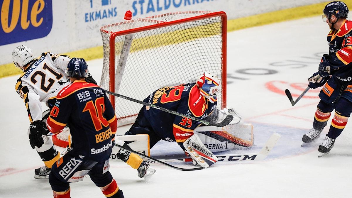 Skellefteås Jimmie Ericsson (21) slår in segermålet bakom Djurgårdens målvakt Adam Reideborn i tisdagens semifinal 1 i bäst av 7 i SM-slutspelet i ishockey mellan Djurgårdens IF och Skellefteå AIK på Hovet.