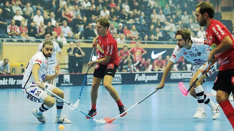Dalens Viktor Nystedt och Jonas Svahn mot Storvretas Niklas Winroth under onsdagens innebandymatch mellan Storvreta och Dalen i IFU Arena.