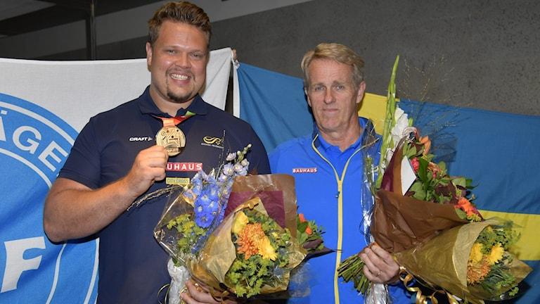 STOCKHOLM ARLANDA 20191006 Guldmedaljören i diskus Daniel Ståhl och hans tränare Vesteinn Hafsteinsson anländer till Arlanda flygplats på söndagskvällen efter friidrotts-VM i Doha. Foto: Anders Wiklund / TT /