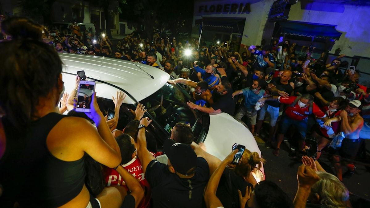 Fotbollsfans samlas på gatorna i Buenos Aires, Argentina för att följa ekipaget med Diego Maradonas kista.