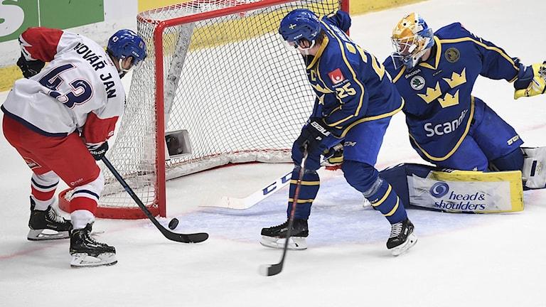 Tjeckiens Jan Kovar gör 2-1 på målvakt Magnus Hellberg i andra perioden under torsdagens ishockeymatch i Beijer Hockey Games mellan Tre Kronor och Tjeckien på Hovet. Foto Fredrik Sandberg / TT