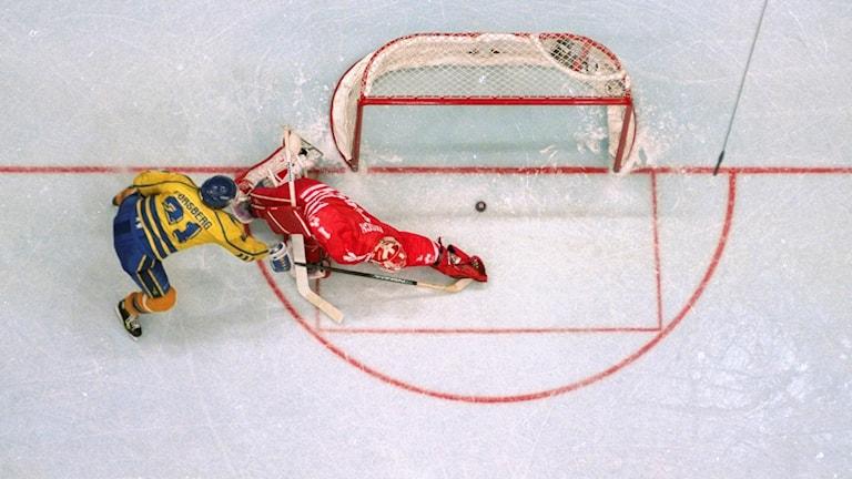 OS 1994 Peter Forsberg lägger straff mot Kanada. Foto: AL BEHRMAN/TT