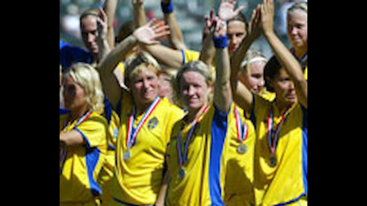 Det svenska damlandslaget med silvermedaljerna vid VM 2003. Foto: AFP Photo/Robyn Beck/PRB.