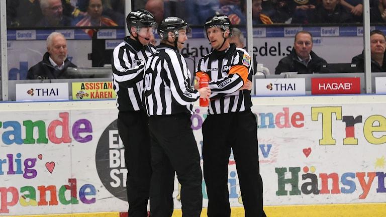 GÄVLE 20171226 Tisdagens ishockeymatch i SHL mellan Brynäs IF och Färjestad BK i Gavlerinken Arena. Matchen spelades med tre domare efter att domare Mikael Andersson skadats efter en kollision med en av spelarna. Foto: Mats Åstrand / TT