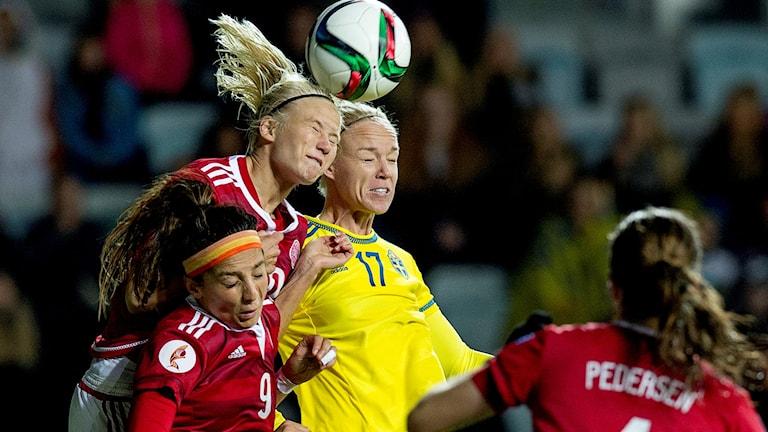 GÖTEBORG 2015-10-27Danmarks Pernille Harder och Sveriges Caroline Seger under EM-kvalmatchen i fotboll mellan Sverige och Danmark på gamla Ullevi i Göteborg.Foto Adam Ihse / TT